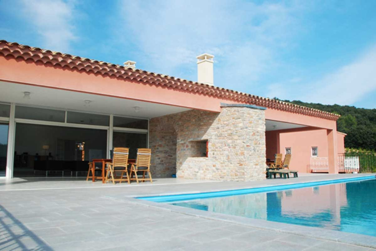 Relax by the pool before hunting wild boar, keilers, red deer and stag deer